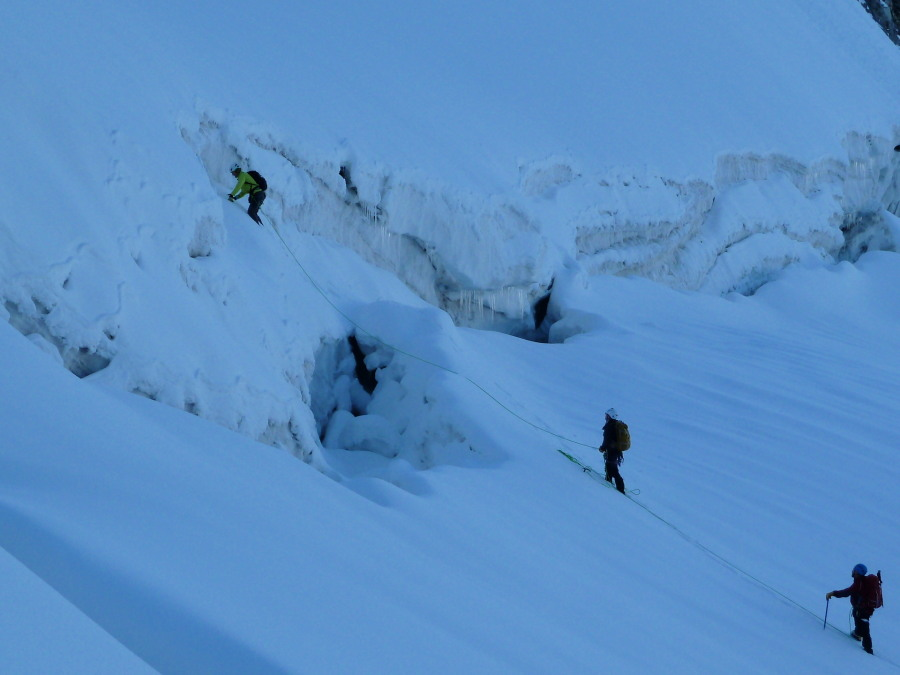 Cunning tactics required to cross the Éveque bergschrund