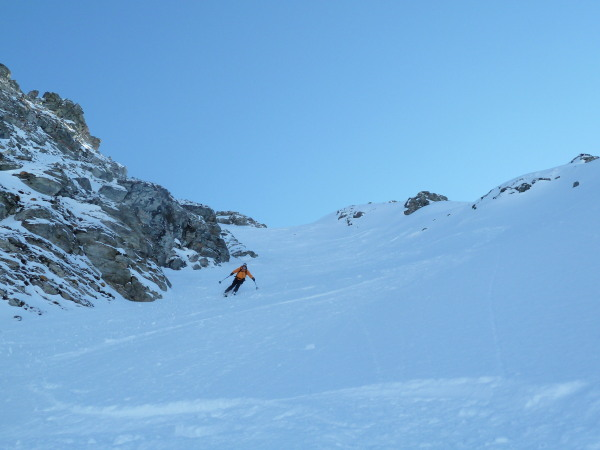 Steep gully skiing in Orxival
