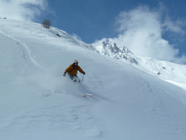 Powder skiing in a sun hat